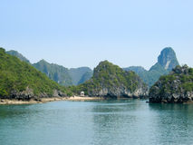 Îles de compartiment de Halong Photo stock