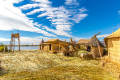 Îles de flottement sur le Lac Titicaca Puno, Pérou, Amérique du Sud. La racine dense qui plante Khili entrelacent la couche nature images stock