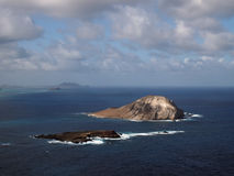 Îles de lapin et de roche dans la baie de Waimanalo Images libres de droits
