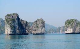 Îles de roche en mer images libres de droits