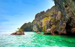 Îles de roche outre de Krabi, Thaïlande Images libres de droits