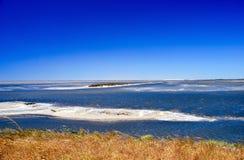 Îles de sable d'étang de Camargue Photo stock