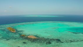Îles et Coral Reef Atoll tropicales Balabac, Philippines banque de vidéos