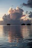Îles et océan au coucher du soleil photographie stock libre de droits