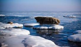Îles glacées de l'océan pacifique en hiver Photographie stock libre de droits