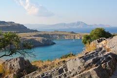Îles grecques en brume sur le coucher du soleil Image stock