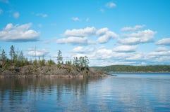 Îles nordiques de forêt dans un lac énorme Photographie stock