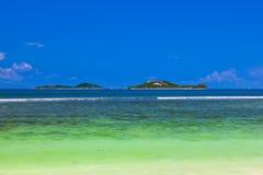 Îles tropicales chez les Seychelles Photographie stock libre de droits