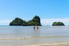 Îles tropicales sur la distance de marche par la mer Photographie stock