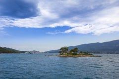 Îlot Daskalio à l'île de Poros Photo stock