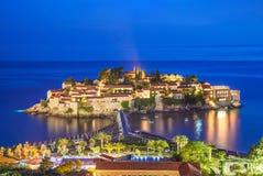 Îlot et hôtel Sveti Stefan, Monténégro, Mer Adriatique, Eu de nuit Image stock
