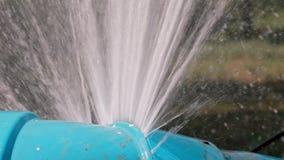 Ρέοντας απώλεια νερού από τη μεγάλη χρήση σωλήνων νερού PVC για εκτός από την έννοια ιδέας των πόρων πλανητών απόθεμα βίντεο