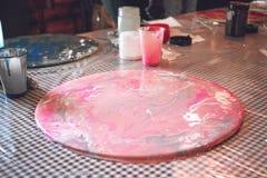 Ρευστό εργαστήριο acrylics Ρευστό υπόβαθρο κομμάτων τέχνης ακρυλικό Χύνοντας το ακρυλικό χρώμα στο φλυτζάνι για ακρυλικό χύστε τη στοκ φωτογραφίες με δικαίωμα ελεύθερης χρήσης