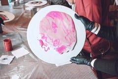 Ρευστό εργαστήριο acrylics Ρευστό υπόβαθρο κομμάτων τέχνης ακρυλικό Χύνοντας το ακρυλικό χρώμα στο φλυτζάνι για ακρυλικό χύστε τη στοκ φωτογραφία με δικαίωμα ελεύθερης χρήσης