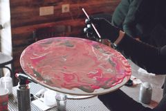 Ρευστό εργαστήριο acrylics Ρευστό υπόβαθρο κομμάτων τέχνης ακρυλικό Χύνοντας το ακρυλικό χρώμα στο φλυτζάνι για ακρυλικό χύστε τη στοκ εικόνες