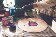Ρευστό εργαστήριο acrylics Ρευστό υπόβαθρο κομμάτων τέχνης ακρυλικό Χύνοντας το ακρυλικό χρώμα στο φλυτζάνι για ακρυλικό χύστε τη στοκ εικόνα