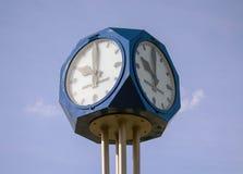 Ρολόι οδών με το μπλε ουρανό στο υπόβαθρο στοκ εικόνες