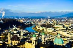 Ρομαντική πανέμορφη όμορφη άποψη της παλαιάς μεσαιωνικής ευρωπαϊκής πόλης από την κορυφή του βουνού στοκ εικόνες
