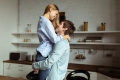 Ρομαντικός νέος χρόνος εξόδων ζευγών ερωτευμένος μαζί στην κουζίνα στοκ εικόνα με δικαίωμα ελεύθερης χρήσης