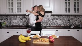Ρομαντικός χορός από το ζεύγος στο γεύμα απόθεμα βίντεο