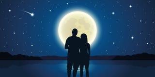 Ρομαντικό ζεύγος νύχτας ερωτευμένο στη θάλασσα με τη πανσέληνο και τα μειωμένα αστέρια ελεύθερη απεικόνιση δικαιώματος
