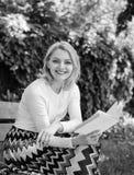Ρομαντικό ποίημα Απολαύστε τον έμμετρο λόγο Το ευτυχές χαμόγελο γυναικών ξανθό παίρνει τη χαλάρωση σπασιμάτων στην ποίηση ανάγνωσ στοκ εικόνα με δικαίωμα ελεύθερης χρήσης