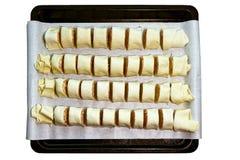 Ρόλοι της φρέσκιας ακατέργαστης ζύμης που γεμίζεται με το κρέας στοκ φωτογραφίες με δικαίωμα ελεύθερης χρήσης