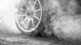 Ρόδα εγκαυμάτων αγωνιστικών αυτοκινήτων έλξης σε προετοιμασία για τη φυλή στοκ φωτογραφία