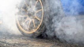 Ρόδα εγκαυμάτων αγωνιστικών αυτοκινήτων έλξης σε προετοιμασία για τη φυλή στοκ εικόνες με δικαίωμα ελεύθερης χρήσης