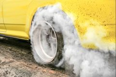 Ρόδα εγκαυμάτων αγωνιστικών αυτοκινήτων έλξης σε προετοιμασία για τη φυλή στοκ φωτογραφίες με δικαίωμα ελεύθερης χρήσης