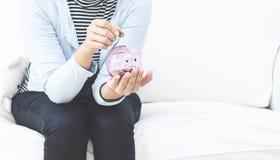 Ρόδινο βάζο νομισμάτων για τις γυναίκες στοκ εικόνες