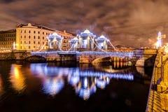Ρωσία, Άγιος-Πετρούπολη, 30, το Δεκέμβριο του 2017: Άποψη της γέφυρας Lomonosov σε ένα χειμερινό βράδυ νέο έτος διακοσμήσεων Χρ&i στοκ εικόνες με δικαίωμα ελεύθερης χρήσης