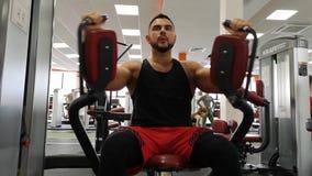 Ρωσία, Togliatty - 23 Φεβρουαρίου 2019: Το αθλητικό άτομο εκπαιδεύει τους θωρακικούς μυς στη γυμναστική, που κάνουν την ικανότητα απόθεμα βίντεο
