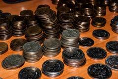 Ρωσικά νομίσματα που συσσωρεύονται στον πίνακα στοκ εικόνες με δικαίωμα ελεύθερης χρήσης
