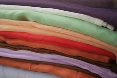 ύφασμα πολύχρωμο Χρωματισμένα σωρός κλωστοϋφαντουργικά προϊόντα στοκ φωτογραφίες με δικαίωμα ελεύθερης χρήσης