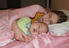 Ύπνος αδελφών στοκ εικόνες