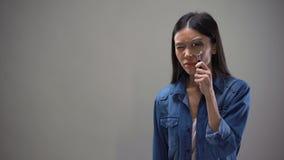 Ύποπτη γυναίκα που εξετάζει την ενίσχυση - γυαλί, ιδιωτική διερεύνηση ιδιωτικών αστυνομικών απόθεμα βίντεο