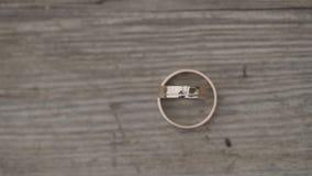 Όμορφα χρυσά γαμήλια δαχτυλίδια για τη γαμήλια τελετή απόθεμα βίντεο