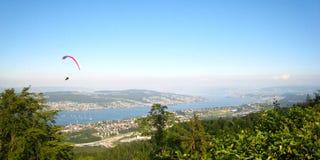 Όμορφη άποψη στον ηλιόλουστο θερινό καιρό πέρα από τα γιοτ, sailboats και τον αθλητισμό ανεμόπτερου στη λίμνη Ζυρίχη στοκ φωτογραφίες