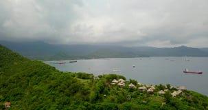 Όμορφη άποψη του θαλάσσιου λιμένα με τα αλιευτικά σκάφη, βίντεο 4k, ψαροχώρι φιλμ μικρού μήκους