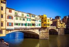 Όμορφη άποψη του ποταμού και της μεσαιωνικής γέφυρας Ponte Vecchio Arno πετρών με των ζωηρόχρωμων σπιτιών Διάσημο ορόσημο, Φλωρεν στοκ φωτογραφίες