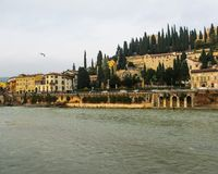 Όμορφη άποψη του Castle του Castle SAN Pietro StPeter's, ποταμός Adige και εικονική παράσταση πόλης της Βερόνα, Ιταλία στοκ εικόνα