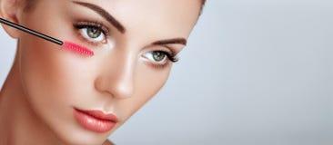Όμορφη γυναίκα με τα μακροχρόνια ψεύτικα eyelashes στοκ εικόνες