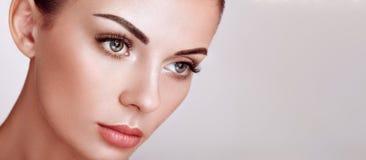 Όμορφη γυναίκα με τα μακροχρόνια ψεύτικα eyelashes στοκ εικόνα