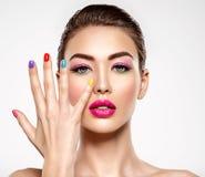 Όμορφη γυναίκα μόδας με χρωματισμένα καρφιά Ελκυστικό λευκό κορίτσι με το πολύχρωμο μανικιούρ στοκ φωτογραφία με δικαίωμα ελεύθερης χρήσης