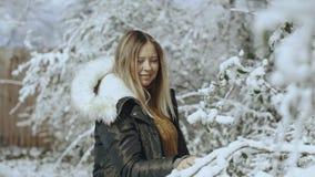 Όμορφη γυναίκα στο δάσος χιονιού που περπατά γύρω από HD απόθεμα βίντεο