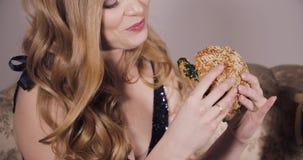 Όμορφη γυναίκα που έχει το μεσημεριανό γεύμα και που απολαμβάνει τα εύγευστα τρόφιμα απόθεμα βίντεο