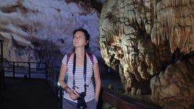 Όμορφη γυναίκα που περπατά μέσω μιας σπηλιάς φιλμ μικρού μήκους