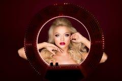 Όμορφη ελκυστική ξανθή γυναίκα πορτρέτου που κοιτάζει στο στρογγυλό φως στοκ φωτογραφία