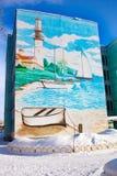 Όμορφη ζωγραφική των γκράφιτι στην πρόσοψη ενός κτηρίου πέντε-ορόφων στη Ρωσία Χειμώνας Θάλασσα σχεδίων, γιοτ φάρων, βάρκα στοκ φωτογραφία με δικαίωμα ελεύθερης χρήσης